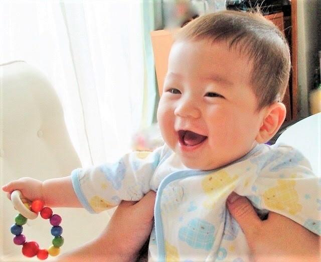 赤ちゃんの笑顔とブラッシング